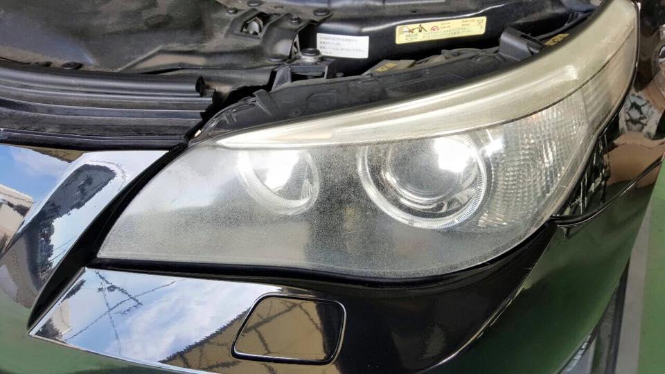 BMWのヘッドライト 施工前の曇りと荒れ
