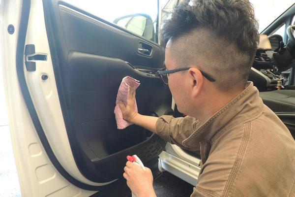 車内清掃_特殊ケミカル使用の拭き上げ