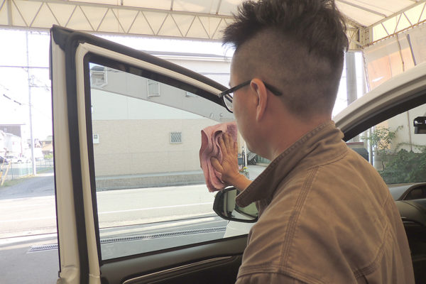車内清掃_内窓拭き